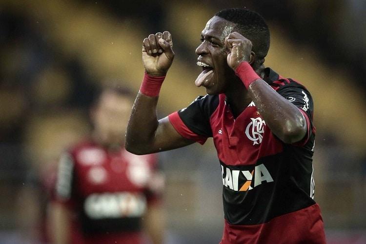 Vinicius Jr comemora gol com ''chororô'' e irrita jogadores do Botafogo