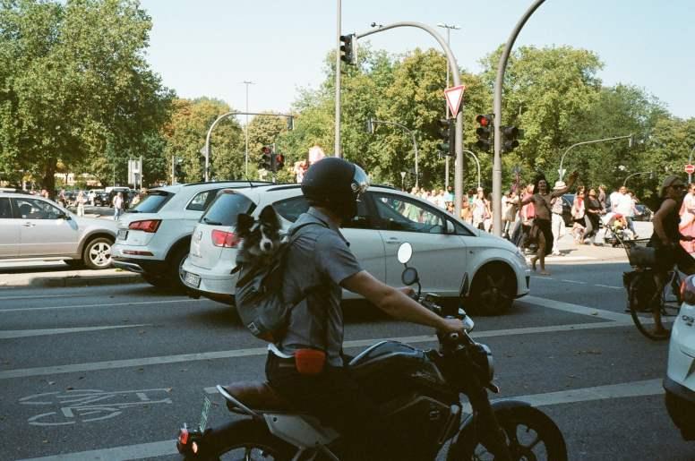 moto en el semaforo