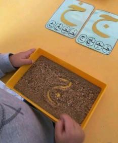 الرسم علي الرمل الكتابة عند الاطفال