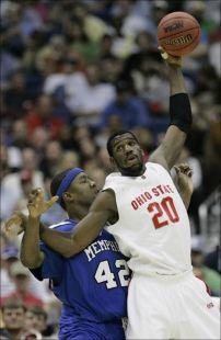 Greg Oden lors de la demi-finale régionale en 2007 face à Memphis (c) AP