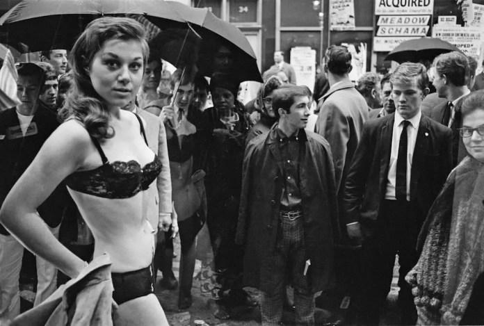Модель, принимающая участие в рискованной фотосессии в витрине нового бутика Генри Мосса на Карнаби-стрит в Лондоне, 11 мая 1966 года. (Фото Джона Даунинга / Daily Express / Hulton Archive / Getty Images)