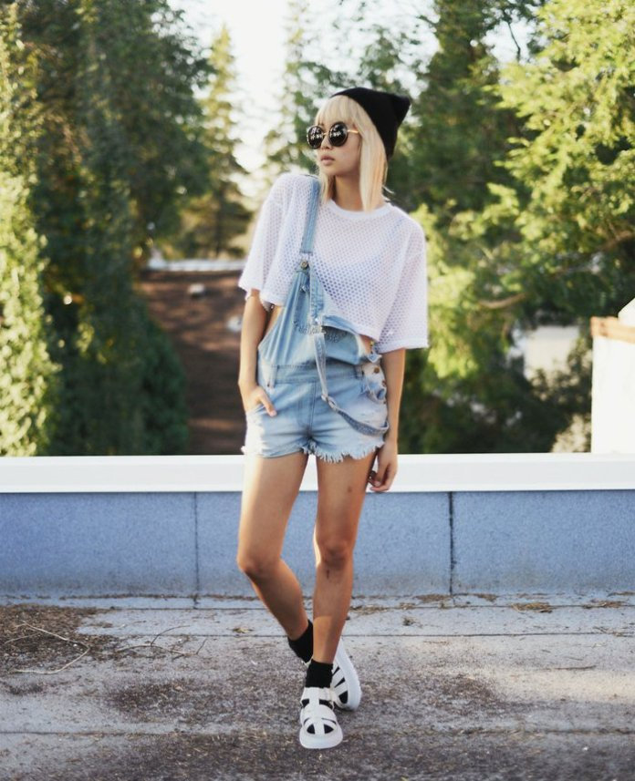 tenue salopette, crop top blanc, paire de salopettes shorts, bonnet noir, cheveux blonds