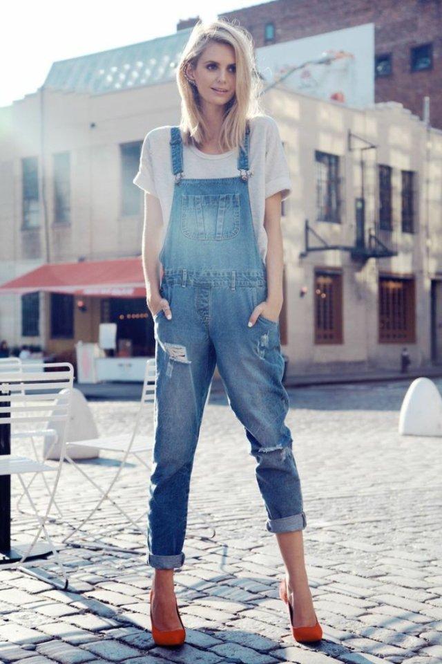 porter une salopette en jeans, manucure blanche, chaussures rouges, t-shirt gris
