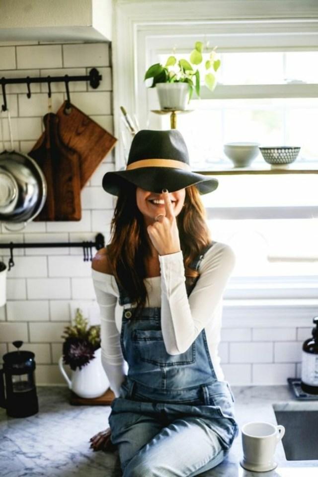 look salopette, cuisine blanche, chapeau noir avec ruban beige, blouse blanche