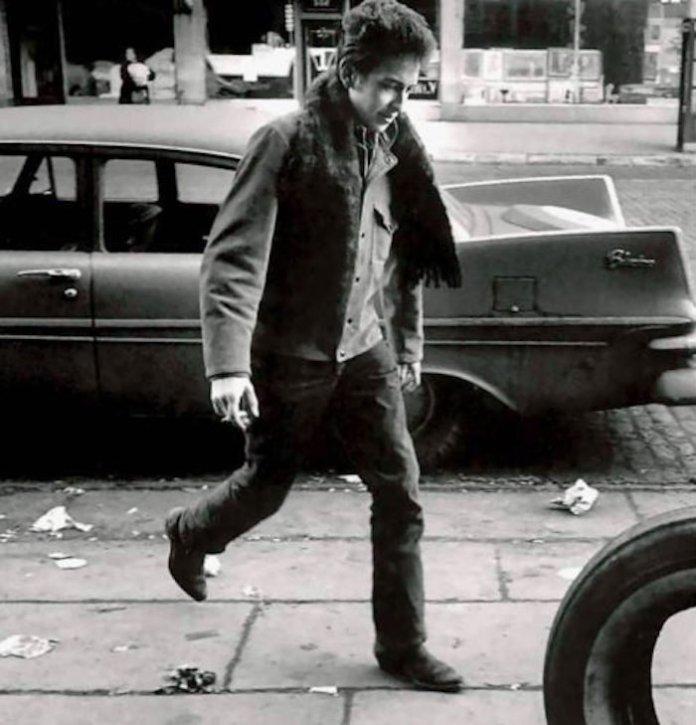 bob dylan marchant dans la rue avec ses ankle boots chaussures