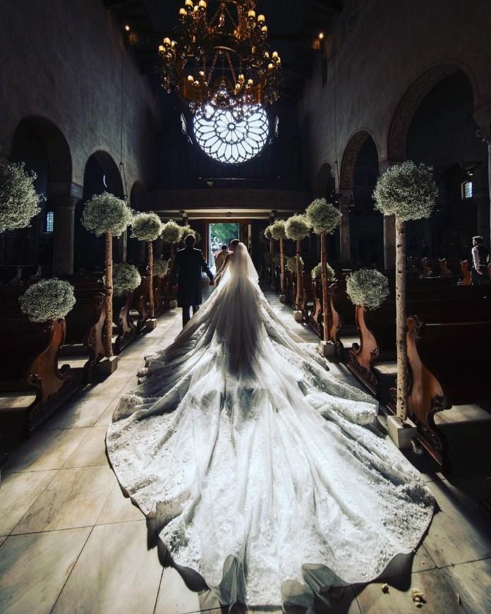 la robe de l'héritière, qui pesait pas moins de 46 kilos, le poids d'un adolescent en pleine croissance. Pour 800 000 euros, la chanteuse s'est donc offert la robe de ses rêves, dessinée par le couturier Michael Cinco,