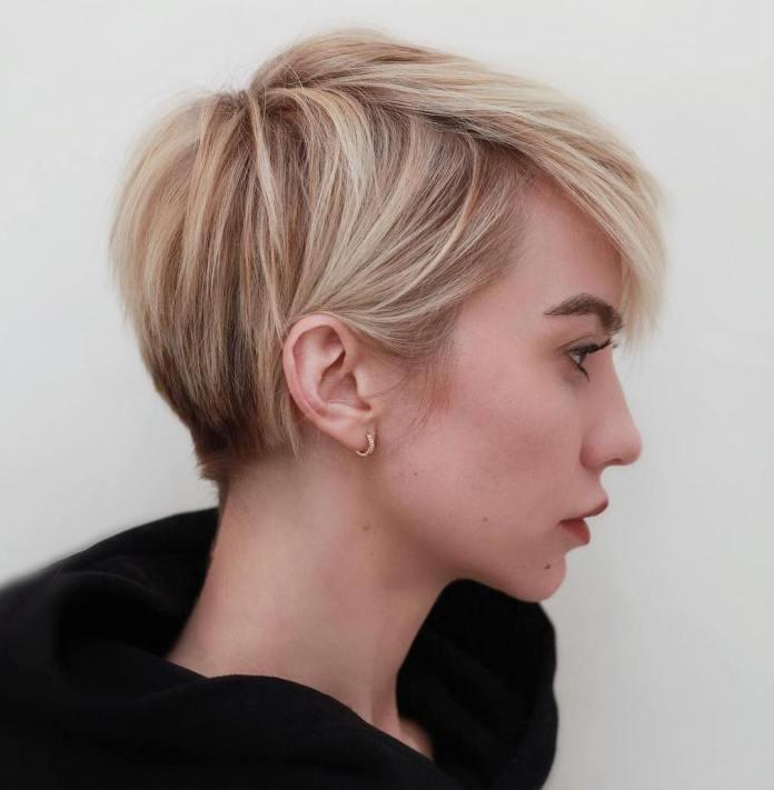 Coupe de cheveux courte avec des racines sombres pour des serrures fines