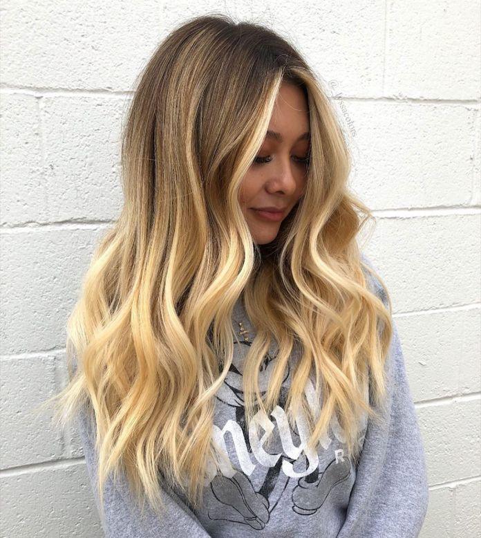 Cheveux blonds dorés avec balayage