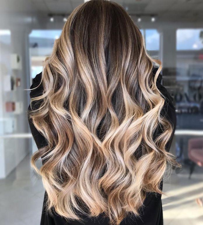 Cheveux blonds brillants avec lowlights