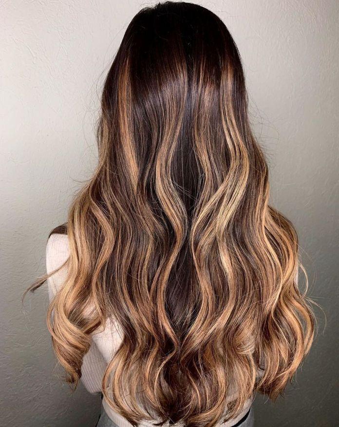 Faits saillants blond caramel avec racines brune