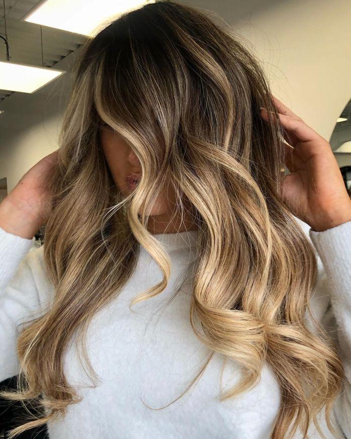 Balayage blond doré pour cheveux foncés