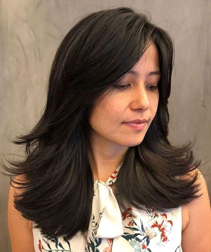 Coupe de cheveux longue pour femmes avec extrémités à plumes