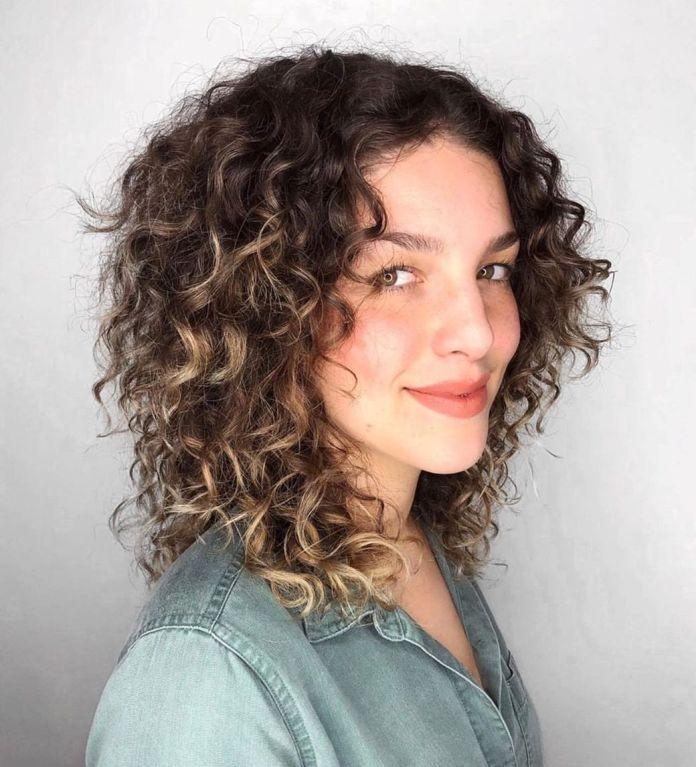 Coupe de cheveux en couches pour cheveux épais et bouclés