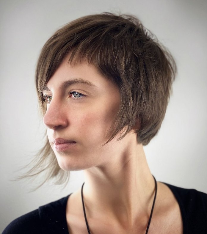 Coupe de cheveux asymétrique plus courte pour cheveux fins