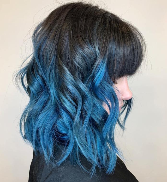 Cheveux noirs avec des reflets bleus brillants