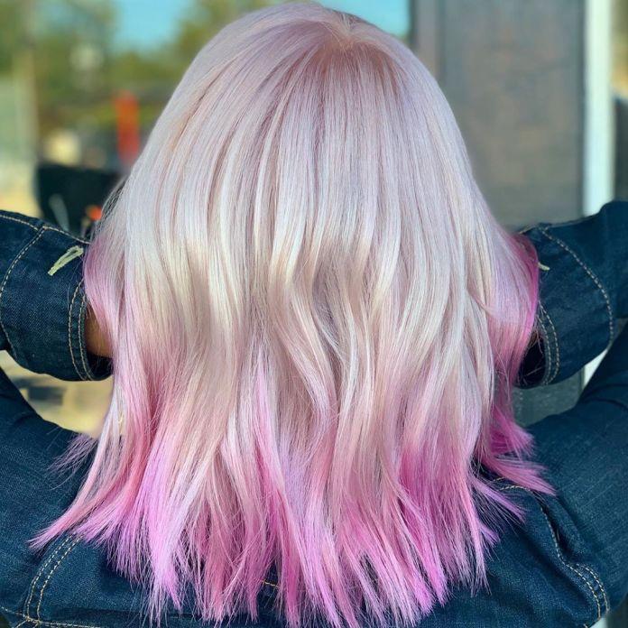 Cheveux blonds avec des extrémités roses