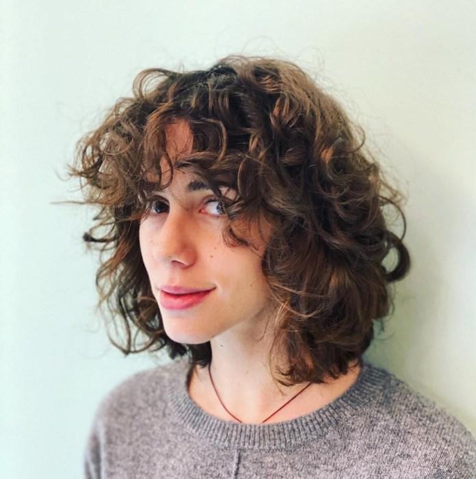 Coupe de cheveux avec une frange bouclée