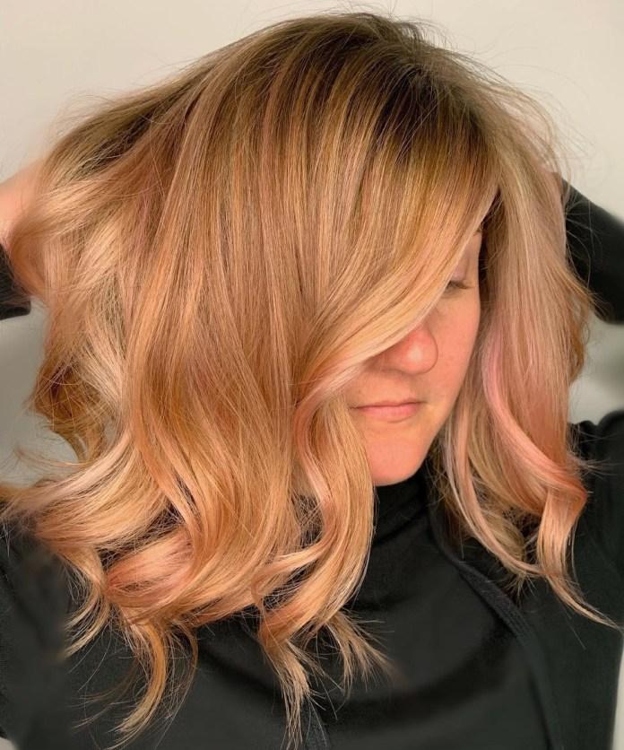 Cheveux ondulés à la fraise avec des pointes rose pastel