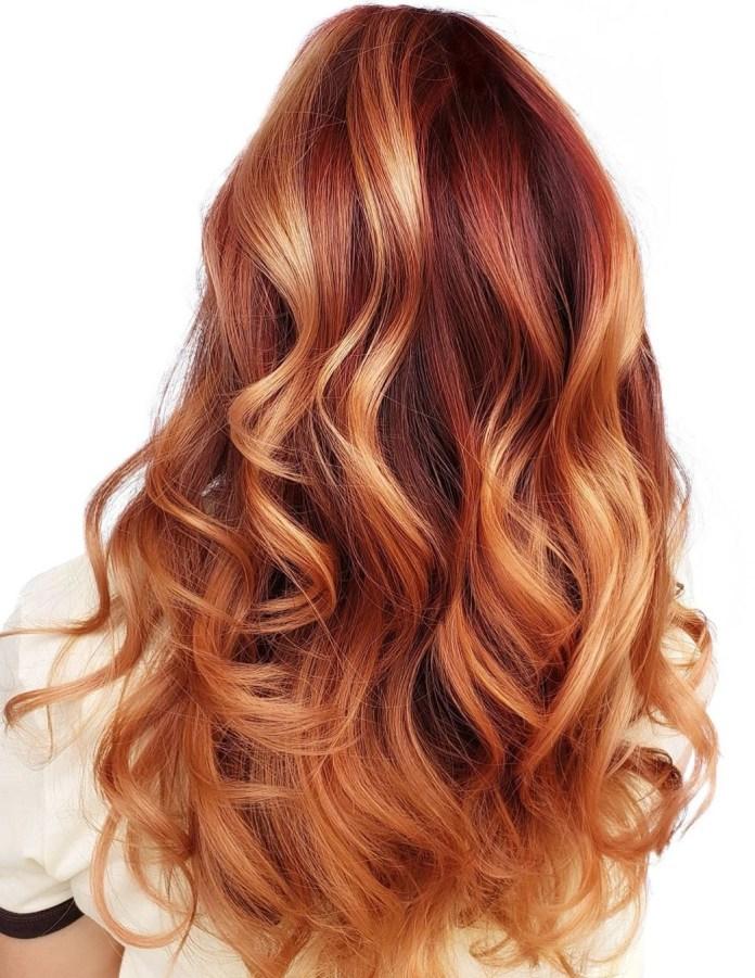 Cheveux blonds fraise avec racines rouges