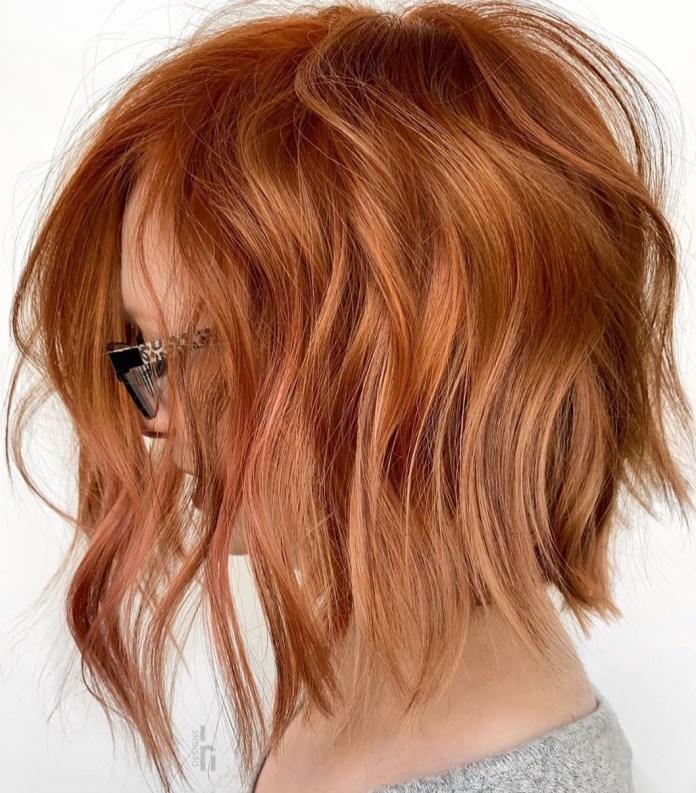 Cheveux cuivrés avec des reflets blonds fraise