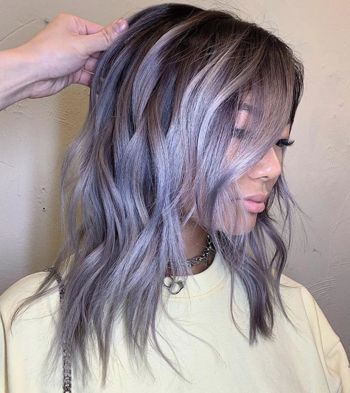Cheveux blonds cendrés avec des reflets violets et bleus