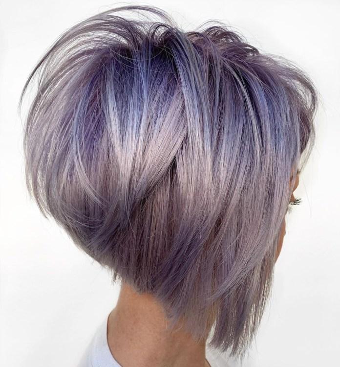 Cheveux argentés aux racines violettes