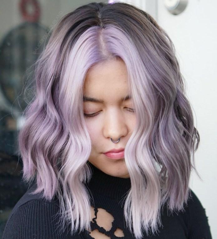 Cheveux gris et violets de longueur moyenne