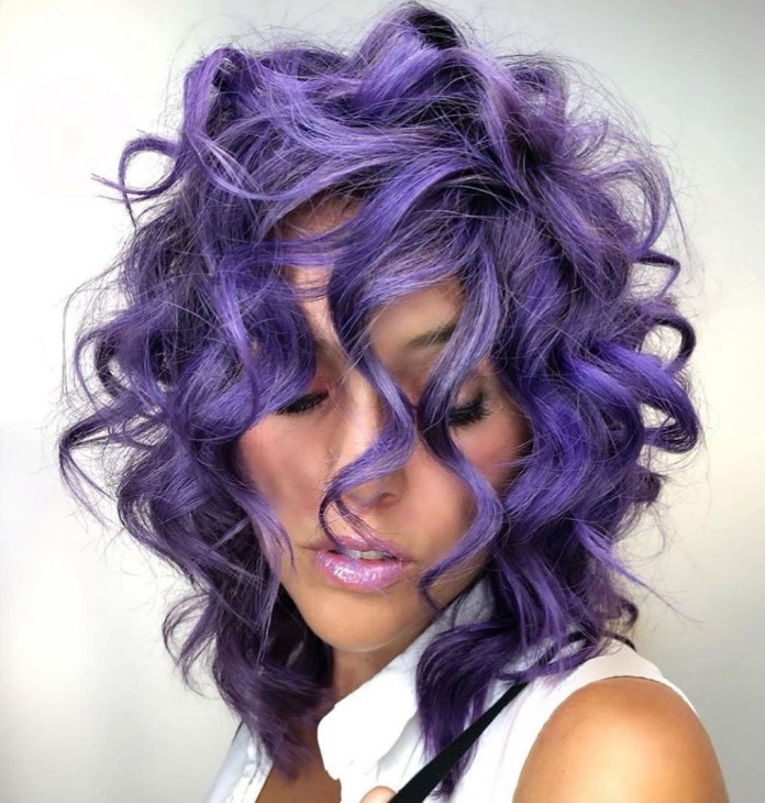 Cheveux mauves bouclés de longueur moyenne