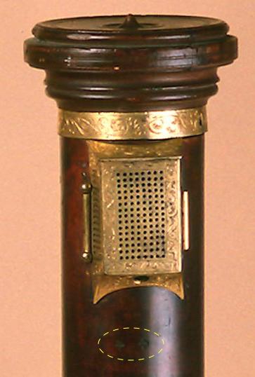 Figura 2: Detalle de doble trébol en flauta de columna tenor, © Museo de la Música de París