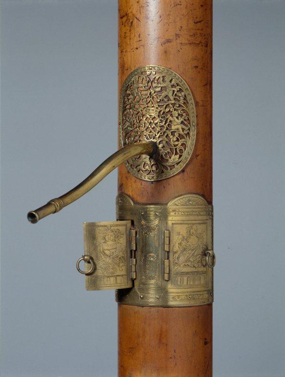 Figura 7: Detalle de una flautas de columna bajo conservada en el Museo de la Música de París