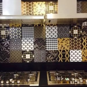 Patchwork Black Decortiles - Revestimento 20x20 com aplicação de pintura com ouro.