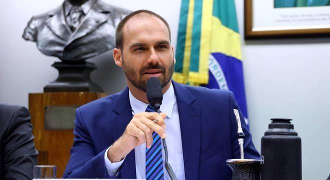 PROJETO DE EDUARDO BOLSONARO PROIBE COMUNISMO NO BRASIL,E EQUIPARA TERRORISMO AO NAZISMO.
