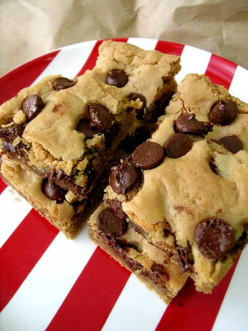 Oh, how delicious these Peanut Butter Chocolate Chip Blondies are! And I was pleasantly surprised to discover that they tasted nice with coffee. They are so quick to make and you'll be rewarded with the delicious taste of gooey peanut butter and gooey chocolate in no time.