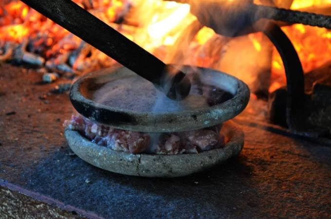 "Cooking Chiodo di Maiale pork burger using ""teste"" in the Lunigiana"