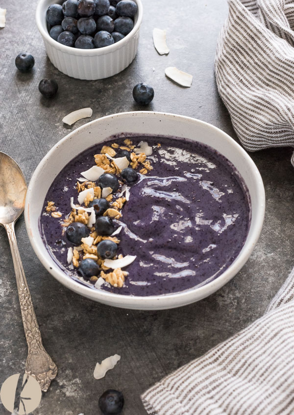 smoothie bowl front view with spoon on the side