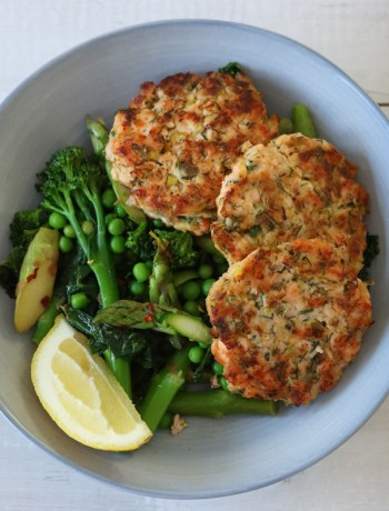 salmoncakes flavoured with leeks, dill and capers in a bowl with seasonal spring greens. Recipe from Flavour-Files.com