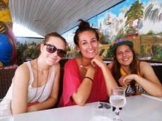 Amalie, Hana og Linn på Kinarestaurant