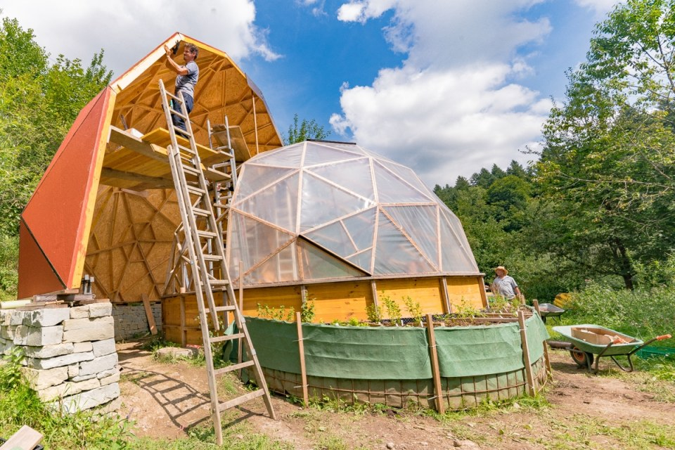 Baumeister Kai Rosit arbeitet minuziös an seinem Geodome Meisterwerke der Baukunst.