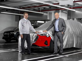 Peter Kössler, board member for production and logistics (right) with Patrick Danau, managing director of Audi Brussels.