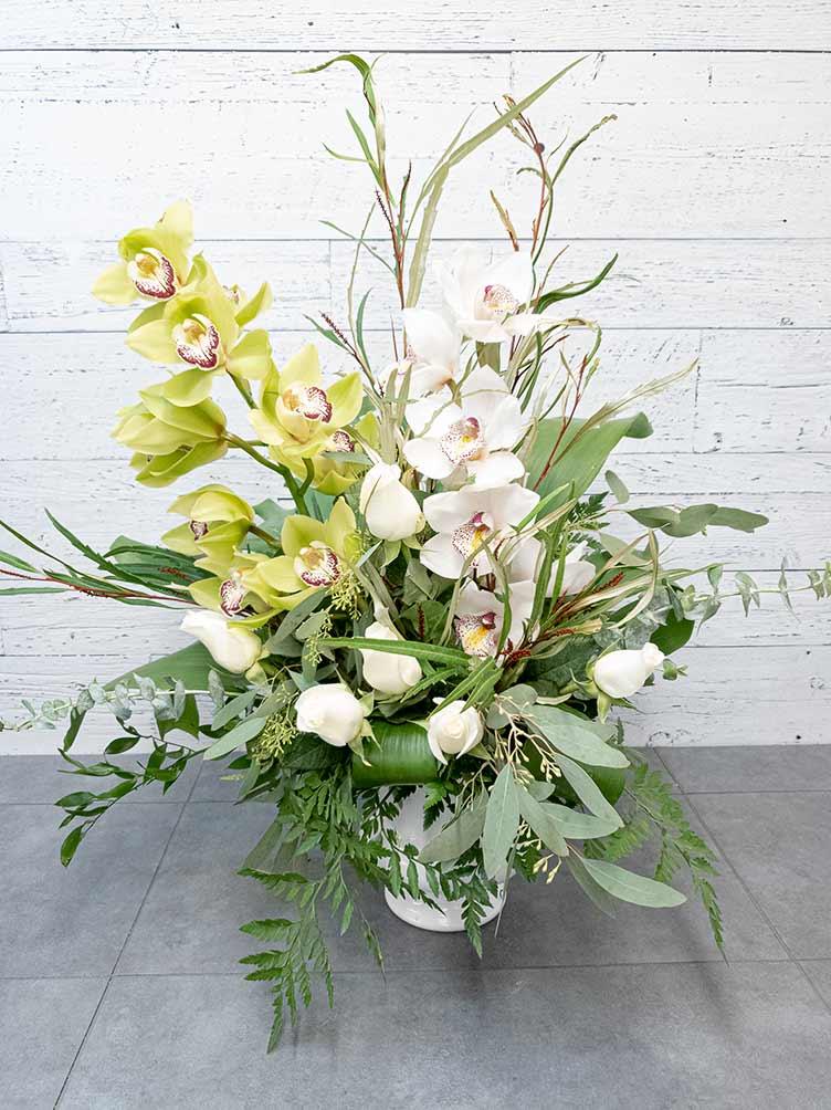 Composition - Orchidée et roses blanches - Fleuriste Coin Vert | Montréal