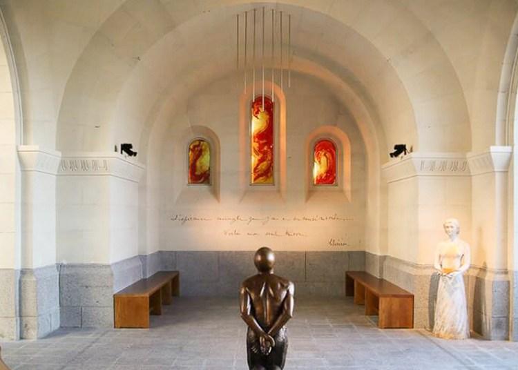 fleur nabert sculpteur lisieux cloitre de la miséricorde vue ensemble statue d'henri pranzini sans visage sainte thérèse vitraux abstrait crucifixion bronze