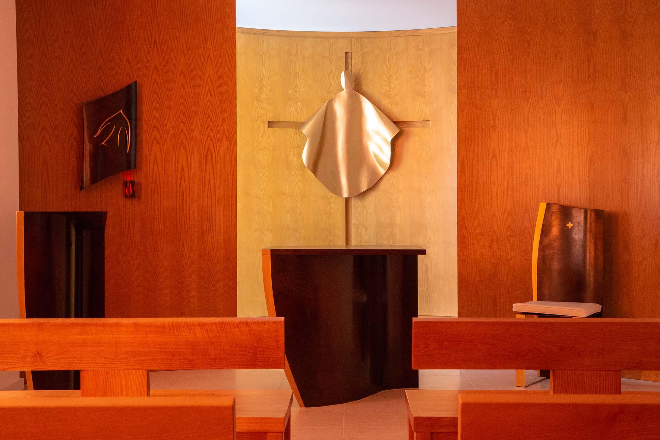 fleur nabert sculpteur oratoire enseignement catholique montrouge chœur autel ambon tabernacle fauteuil ensemble de présidence christ croix bronze