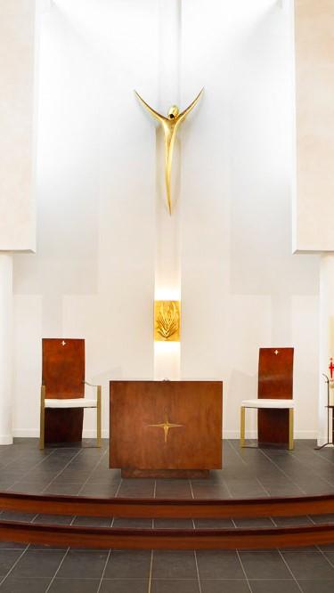 fleur nabert sculpteur église saint-adrien courbevoie aménagement liturgique chœur assemblée autel ambon tabernacle christ ensemble de présidence bronze doré feuilles d'or
