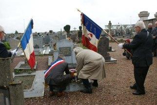 Dépôt de gerbe sur la tombe de KERELOM MARIE