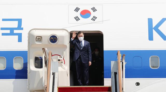한-미 정상회담 참석차 출국하는 문재인 대통령이 19일 오후 서울공항에서 공군1호기에 올라 환송 인사들에게 손을 흔들고 있다. 연합뉴스