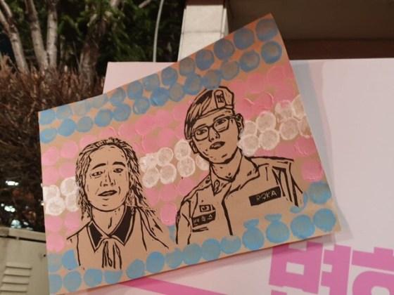 '변 희수 병장'기념 게시판에 활동가 김기홍과 변 희수 전 병장의 사진이 게재됐다.