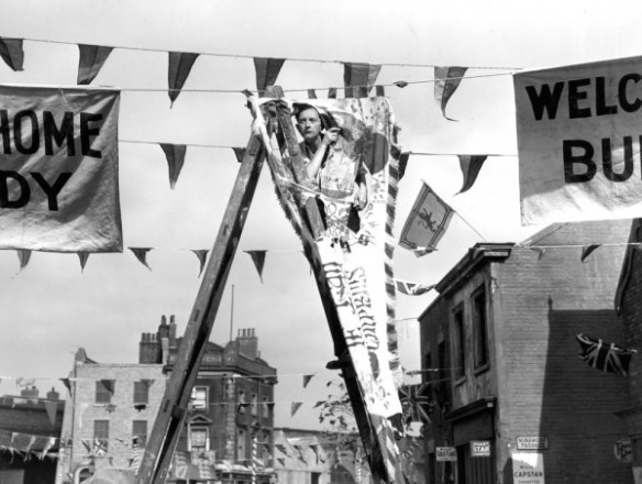 passport-to-pimlico-1949-002-man-ladder-bunting-00m-fgt