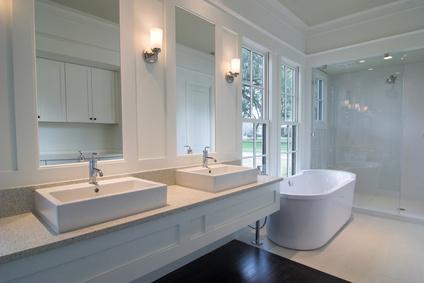 Badezimmer luxuriös, mit Badewanne und Dusche