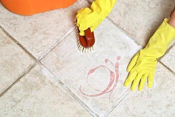 Fliesen reinigen mit Bürste