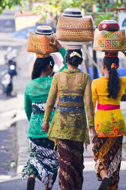Balinese women carrying offerings on their heads on Galungan day 2014